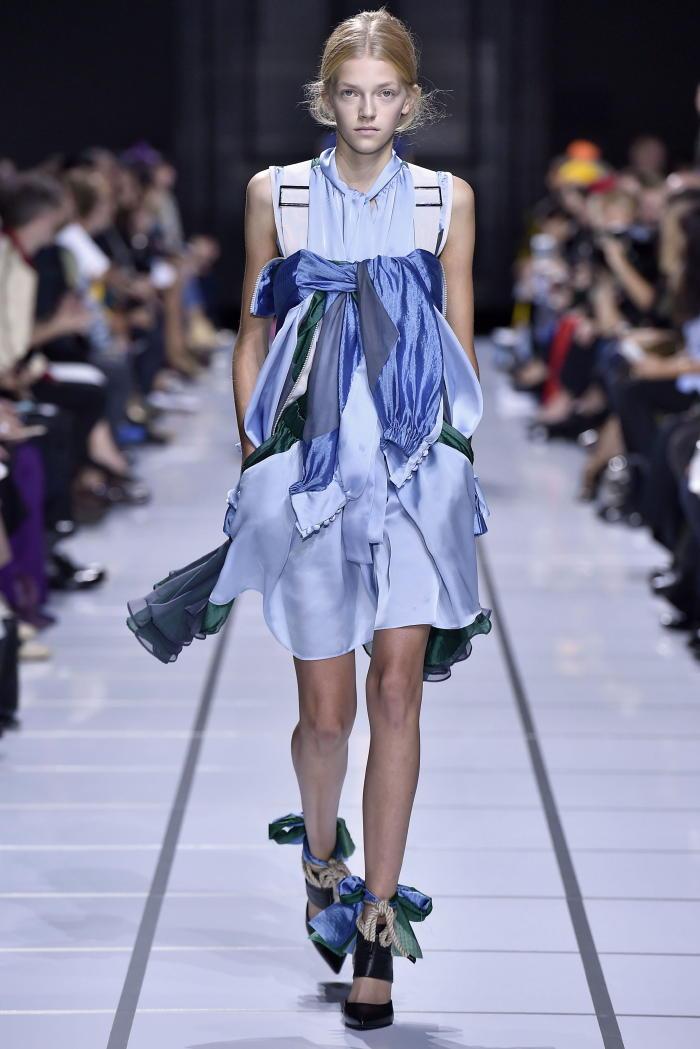 サカイ(sacai)は2018年春夏パリコレクション会期中の10月2日、パリのグラン・パレで2018年春夏コレクションを発表した。
